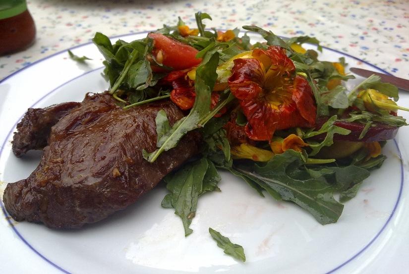 Steak mit Blüten