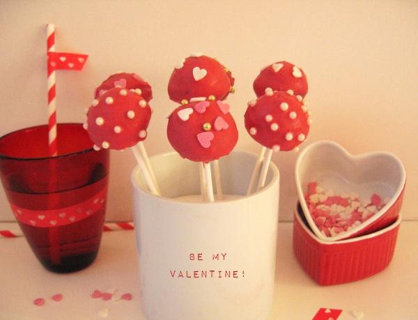 Rote Cake Pops mit Herzen