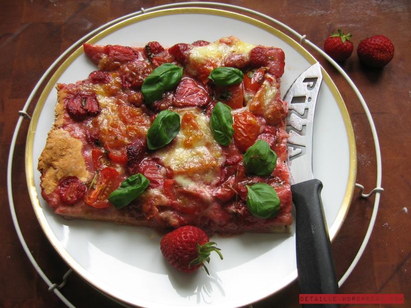 Ein Stück Erdbeer-Pizza