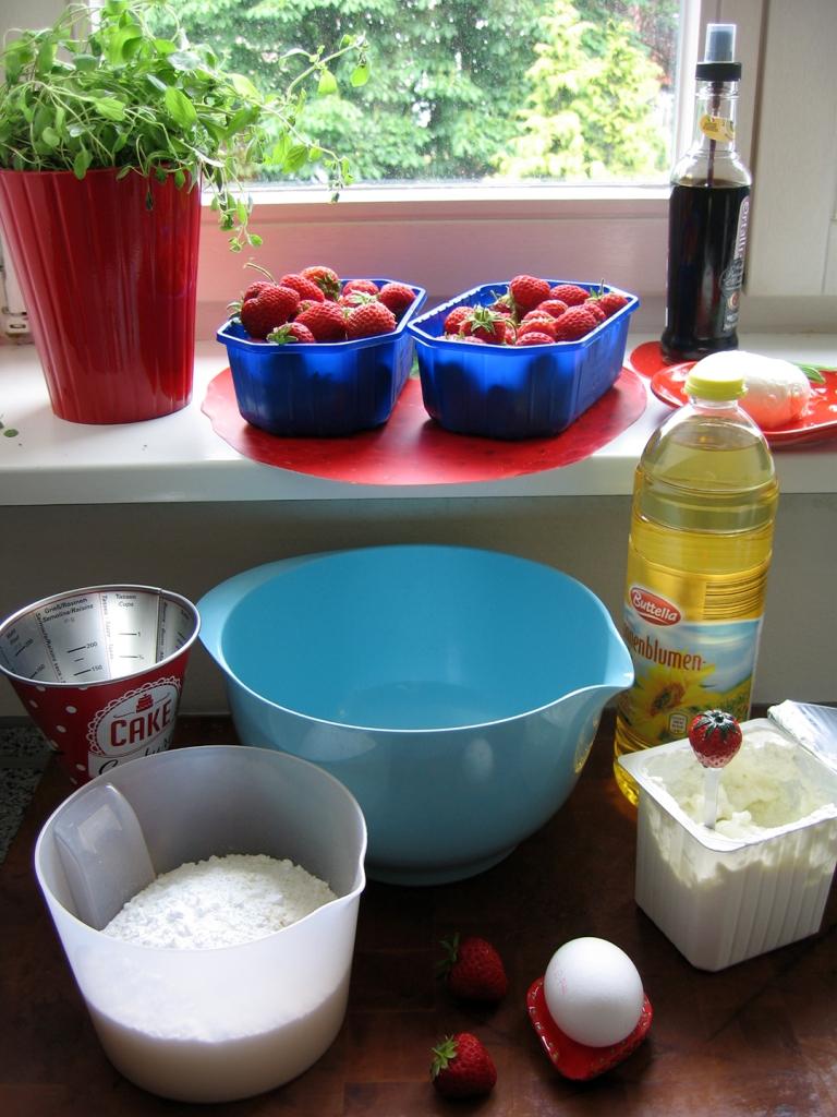Zutaten für die Erdbeer-Pizza. Fehlt im Bild: Tomaten.