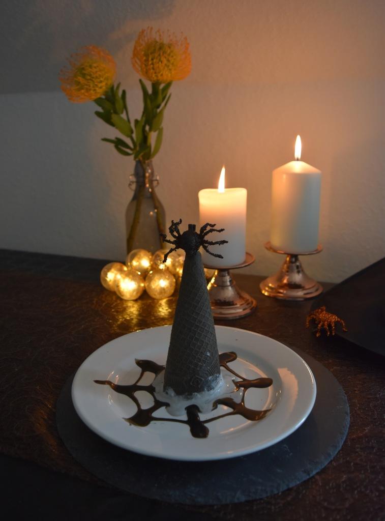 Halloween: Lakritz-Eis mit schwarzer Waffel und Lakritzsauce.