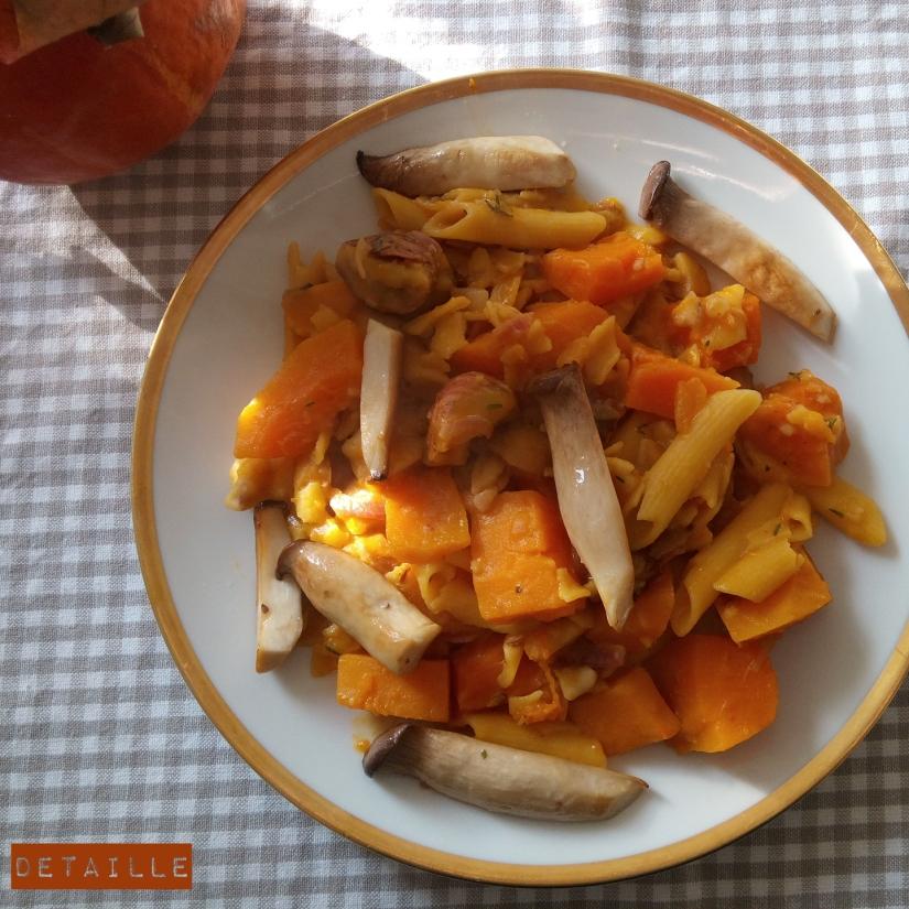 Kürbis-Maronen-Maisnudel-Eintopf mit Kräuterseitlingen