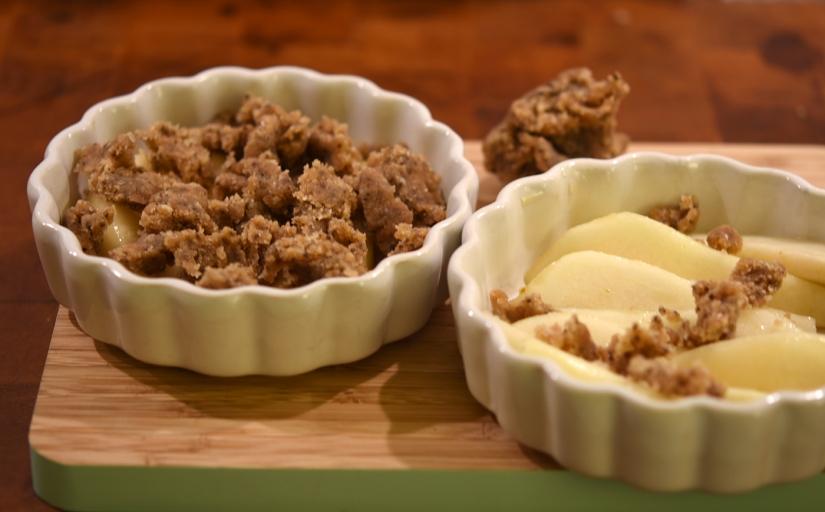 Veganer Birnen-Zimt-Crumble im Schälchen