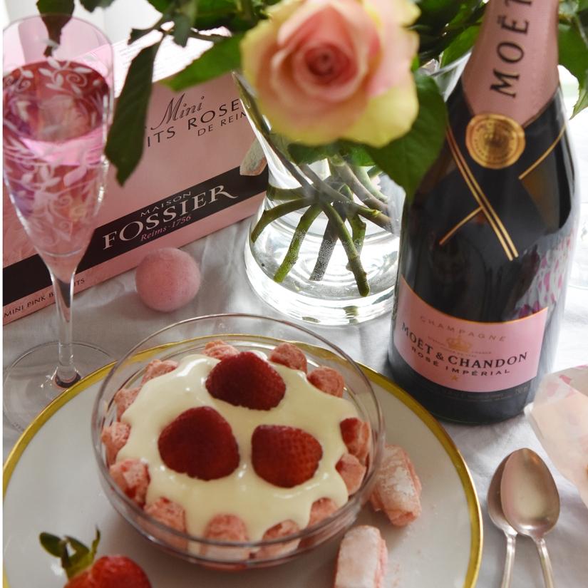 Zum Champagner gibt es traditionell Biscuits Roses de Reims - und Erdbeeren!