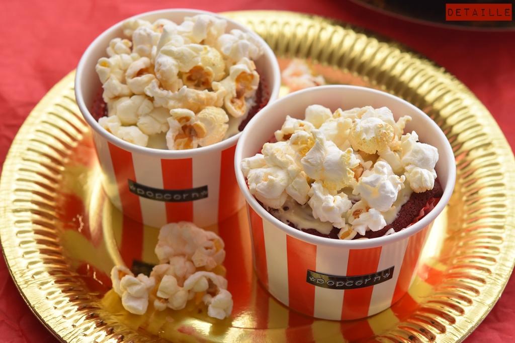 Red-Velvet-Cupcakes mit süßem Popcorn