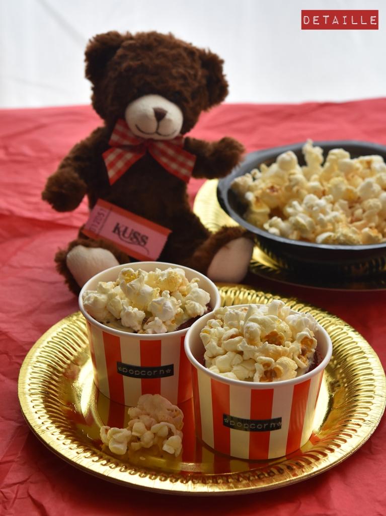 red-velvet-cupcakes mit popcorn
