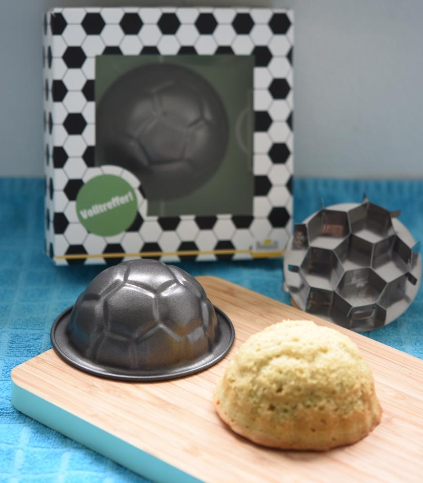 Rührteigkuchen in Fußball-Form