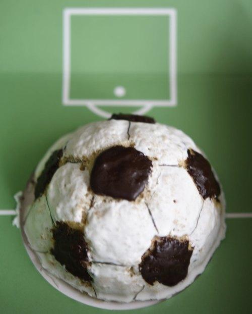 Fußball-Kuchen mit Zuckerguss und Schokoglasur