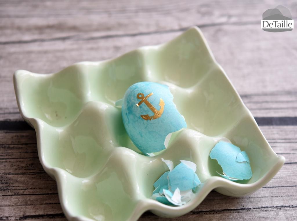 Blaue Eierschale mit Tattoo