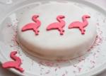 Zum Schluss die Fondant-Flamingos mit einem Tropfen Wasser auf die Torte kleben...