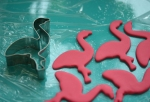 Die Flamingos sind los: aus Rollfondant ausgestochen.
