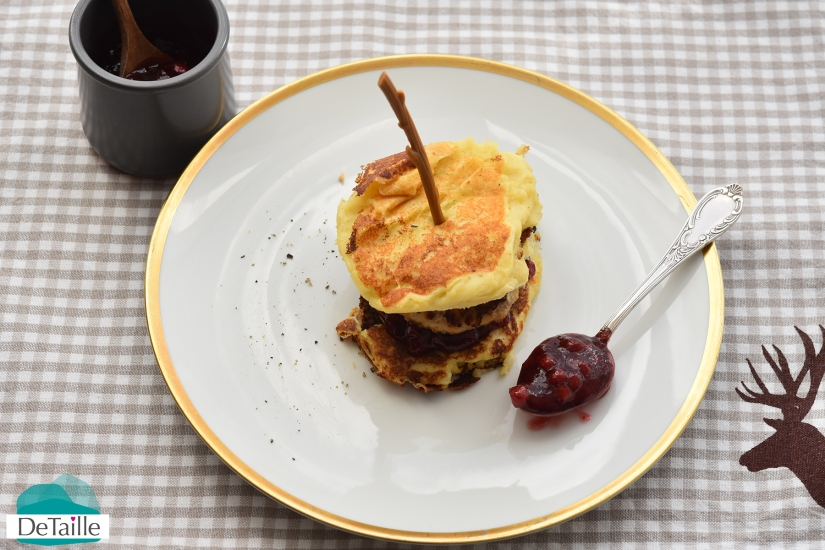 Köttbullar-Burger mit Preiselbeer-Sauce